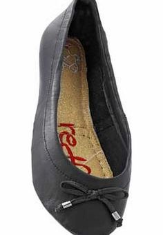 Redfoot Womens Dita Style Black Pumps - Small As featured on Dragons Den - Redfoot shoes have a split sole which lets them fold perfectly in half. making them highly compactable and easy to store in even the smallest handbags. The Dita black ball http://www.comparestoreprices.co.uk/womens-shoes/redfoot-womens-dita-style-black-pumps--small.asp