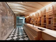 Une impression d'ondulations plane sur cette boulangerie australienne dans la banlieue de Melbourne. Inspirés par les courbes d'une corbeille à pain, les architectes de March Studio ont recouvert murs et plafond d'un treillage de planches en contreplaqué. Certaines deviennent des étagères. Toutes laissent filtrer la lumière.