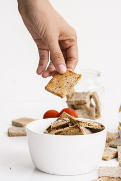 Simple to make, light and crunchy, these Cheesy Almond Flour Crackers make the perfect low carb snack! Finger Food Appetizers, Healthy Appetizers, Finger Foods, Fun Easy Recipes, Easy Meals, Almond Flour, Crackers, Food To Make, Breakfast Recipes