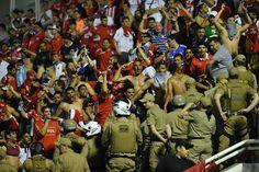 Torcida do Independiente entra em conflito com polícia em Chapecó #globoesporte
