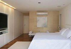 O quarto de casal deste apartamento na Barra da Tijuca, Rio de Janeiro, apost...