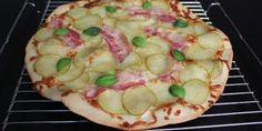 Sprød og lækker kartoffelpizza med bacon og toppet med basillkum.
