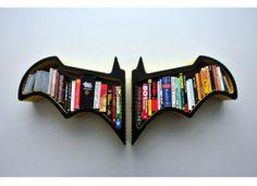 A estante em forma de morcego faz sucesso entre os fãs do Batman, personagem de revista em quadrinhos.