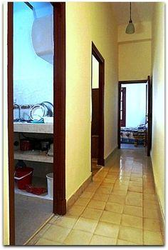 Detalle del interior del apartamento. Cuba, Oversized Mirror, Furniture, Home Decor, Apartments, Flats, Shared Bathroom, Windows, Live