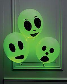 leuk om met halloween aan de voordeur te hangen. Ballonnen met glow in de dark sticks erin en met zwarte stift gezichtje getekend.