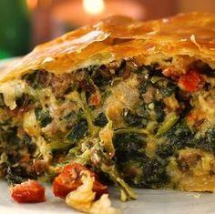 Diese mit Käse, Hack und Spinat gefüllte Blätterteigrolle ist einfach ein gebackener Traum