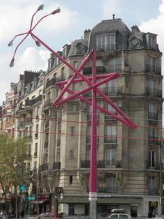 Porte de Bagnolet (XXe arrondissement), la sculpture «Twisted lampost star» (L'étoile du lampadaire) de Mark Handforth. - Photo Arter