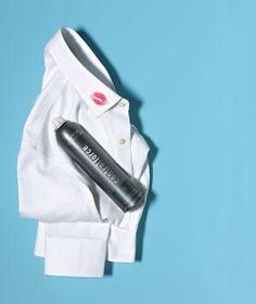 Camisa de vestir planchada con lápiz labial en el cuello y la laca de pelo Beso que mancha de rojo Realmente adiós. Si la tela es lavable a máquina, sature la mancha con spray para el cabello, dejar reposar durante 10 minutos, luego suavemente con un paño húmedo o una esponja para eliminar. Lavar como de costumbre para lavar cualquier mancha residual y spray.