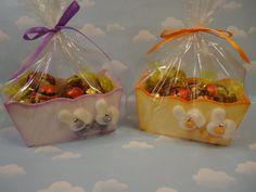 Cajitas para Pascua , pintadas , con aplicaciones en porcelana fría .-