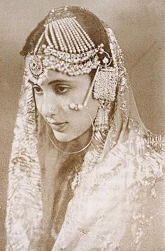These 26 Vintage Pictures of Indian Royalty Will Put Every Fashionista to Shame Vintage India, Royal Jewels, Crown Jewels, Royal Indian, Indian Ethnic, Indian Princess, Vintage Bollywood, We Are The World, Vintage Pictures