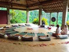 Are you addicted to yoga? I have below 8 awesome affordable yoga retreats you need to visit asap that won't break the bank. Yoga Studio Design, Yoga Studio Interior, Yoga Room Design, Meditation Raumdekor, Meditation Room Decor, Meditation Center, Yoga Retreat Center, Zen Center, Outdoor Yoga
