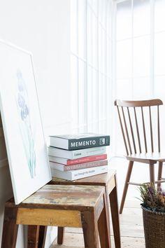 自然光の入る白壁・白窓エリアはナチュラルなシーンを撮影できます。 Magazine Rack, Cabinet, Studio, Space, Storage, Furniture, Home Decor, Clothes Stand, Floor Space