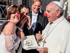 Papa Francisco luce nariz de payaso en apoyo a una asociación que ayuda a niños con cáncer