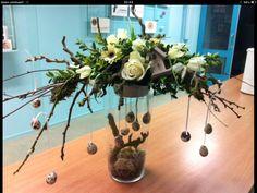 Billedresultat for paasstukjes maken 2015 Easter Flower Arrangements, Easter Flowers, Christmas Arrangements, Easter Colors, Floral Arrangements, Deco Floral, Arte Floral, Ikebana, Christmas Flower Decorations