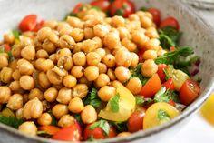 Direkt zum Rezept Der Kichererbsen-Tomaten-Salat ist eine Offenbarung. Mit frischen Sommertomaten, knusprigen Kichererbsen, roter Zwiebel, Kreuzkümmel, Petersilie und der richtigen Menge an Olivenö…