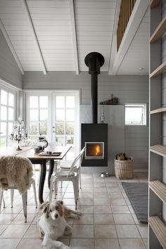Beach House Inspiration - interior design with fireplace http://www.lovingit.pl/sposoby-na-aranzacje-malych-wnetrz-czyli-dom-o-powierzchni-42-m2-o-urzekajacym-klimacie-biel-i-drewno-w-roli-glownej/ [<3]