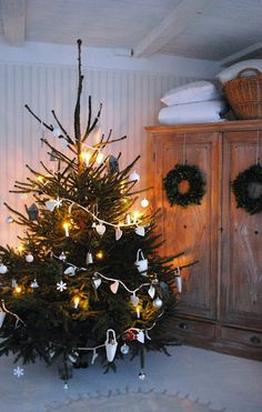 Wreaths on cabinet doors. Julias Vita Drömmar: Krångelgranen (love this wardrobe! Cottage Christmas, Shabby Chic Christmas, Christmas Mood, Noel Christmas, Scandinavian Christmas, Country Christmas, All Things Christmas, Advent, Christmas Decorations
