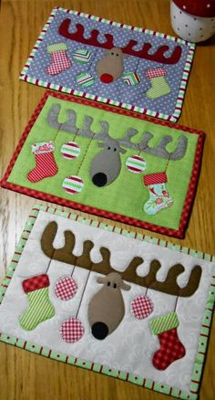 These Christmas mug rugs are adorable! Cute idea to put out for Christmas.