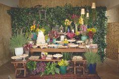 Mesa de doces rústica, em madeira com aparador e arranjos irregulares, perfeita para um casamento no campo. Criada e desdrenvolvida pela Fatto Manu para um casamento na gruta.  Foto: Mark