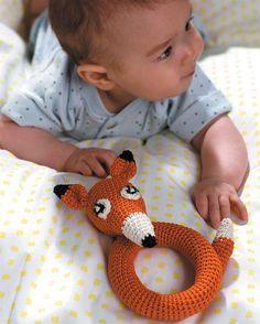 Hækl en fin ræverangle med lyd til babyen.