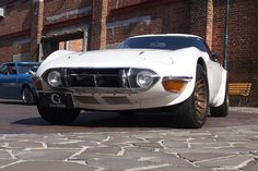 """Customized 2000GT. """"Evidence angulated and around lights became smaller is a late type."""""""