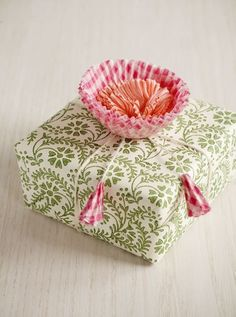 White ink on craft paper diy gift wrap picture frame ideas Wrapping gift wrap for kids Wrapping Gift, Creative Gift Wrapping, Wrapping Ideas, Creative Gifts, Cupcake Liner Crafts, Cupcake Liner Flowers, Cupcake Liners, Cupcake Wrappers, Cupcake Flower
