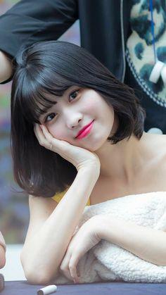 1996 in Kyoto, Japan), better known as Momo, is a Japanese singer, dancer and member of the K-Pop group Twice. Nayeon, Kpop Girl Groups, Kpop Girls, Twice Momo Wallpaper, Korean Girl, Asian Girl, Hirai Momo, Pop Group, Girl Crushes