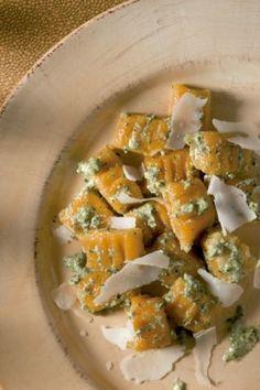 Nhoque de abóbora com pesto de rúcula e queijo de cabra
