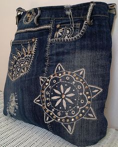 Diy Bag Designs, Denim Tote Bags, Denim Crafts, Western Chic, Jeans Denim, Handmade Handbags, Patchwork Dress, Recycled Denim, Quilted Bag