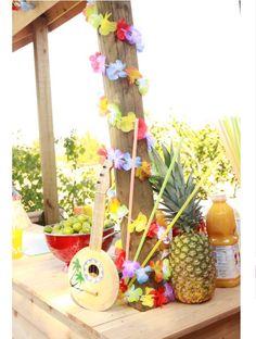 Luau/ lie around the pole idea Aloha Party, Hawaiian Luau Party, Hawaiian Birthday, Hawaiian Theme, Tiki Party, Luau Birthday, Bbq Party, Beach Party, Birthday Ideas