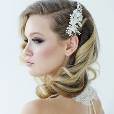 Wedding Hairstyles Medium Hair Elegant Retro Hairstyles for Women - Vintage Hairstyles - Beautiful retro hairstyle for wedding Flower Headpiece Wedding, Bridal Hair Flowers, Hair Comb Wedding, Wedding Hair And Makeup, Bridal Headpieces, Bridal Comb, Pearl Bridal, Medium Wedding Hair, Medium Length Bridal Hair