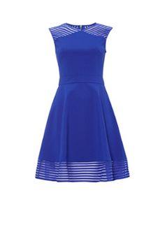 Eleese skater dress van Ted Baker, uitgevoerd in kobaltblauw. Dit stijlvolle ontwerp heeft een vrouwelijk A-lijn model en is voorzien van een ronde halslijn en een goudkleurige ritssluiting. Daarnaast wordt dit gevoerde jurkje gekenmerkt door de mesh panelen met sierlijk tapework.1 = XS / 2 = S / 3 = M / 4 = L / 5 = XL