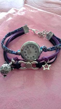 Montre bracelet avec suédines bleue, violette, tissus liberty fleuri bleu et breloques argentées. Pièce unique