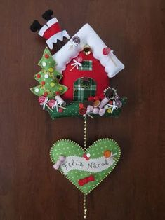 Resultado de imagem para casinha de natal em feltro by lynn Felt Christmas Decorations, Christmas Crafts For Gifts, Felt Christmas Ornaments, Christmas Projects, Handmade Christmas, Christmas Wreaths, Christmas Makes, Christmas Holidays, Hobbies And Crafts