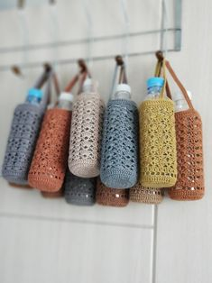 How to Loom Knit a Water Bottle Cover Holder with straps pockets. This is also great for a Baby Bottle Cover Holder. Crochet Purse Patterns, Crochet Tote, Crochet Handbags, Crochet Purses, Crochet Gifts, Diy Crochet, Crochet Stitches, Diy Knitting Projects, Crochet Jar Covers