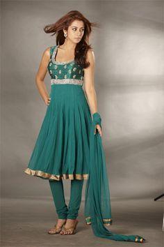 Indian outfit - pretty color and cut Punjabi Dress, Anarkali Dress, Indian Attire, Indian Wear, India Fashion, Asian Fashion, Indian Dresses, Indian Outfits, Mehndi