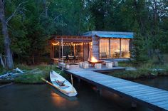 A charming lakeside cabin in Montana features a modern-rustic exterior, while the interior showcases beachy design elements by Pearson Design Group. Lakeside View, Lakeside Cabin, Lakeside Montana, Rustic Exterior, Interior And Exterior, Cabin Design, Home Design, Haus Am See, Kid Spaces