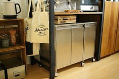 ゴミ箱は隠す派さんのビルトイン。キッチンの「進化系ゴミ箱」のすすめ | キナリノ French Door Refrigerator, French Doors, Lockers, Locker Storage, Kitchen Appliances, Cabinet, Furniture, Home Decor, Diy Kitchen Appliances