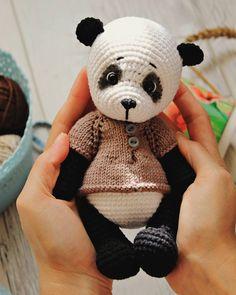 А это очень хороший и Добрый друг Лилу, его зовут Луи🐼 скажу по секрету, ему очень нравится Лилу 😍 ___ #amigurumi #weamigurumi #weamiguru #handmade #knittingtoys #knitting #toys #panda #амигуруми #ручнаяработа #сделанослюбовью #вяжутнетолькобабушки Вязаные Крючком Животные Амигуруми, Вязание Крючком Медведь, Милые Игрушки Крючком, Схемы Вязания Амигуруми, Вязаные Крючком Животные, Связаные Крючком Куклы, Детеныши Животных, Дети Панды, Вязаные Игрушки