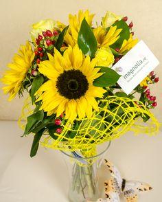 Livrează-i culorile răsăritului chiar la uşa ei cu un buchet din floarea soarelui şi trandafiri! Aceste flori au remarcabila abilitate de a se întoarce după soare şi de a-i însenina ziua cu frumuseţea lor abundentă. 169,90 lei