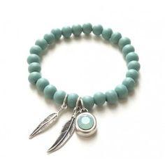 Bracelet / armband gemaakt van houten kraaltjes. De kleur is mintgroen. Met een Swarovski kristal.