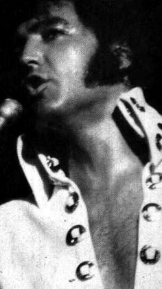 Elvis on stage at the Las Vegas Hilton in august 1970.