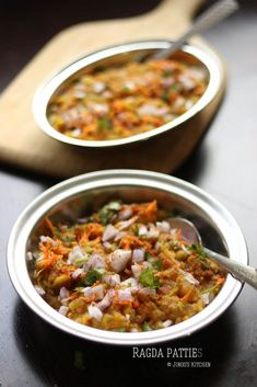 Ragda patties recipe is one of the popular Indian street food with Shallow fried potato patties cooked along with the dry peas curry. Bhel Puri Recipe, Aloo Tikki Recipe, Samosa Recipe, Puri Recipes, Indian Food Recipes, Ragda Patties Recipe, Veg Manchurian Recipe, Green Chutney Recipe, Pav Recipe