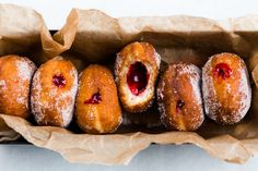 Make these delicious Thermomix jam donuts at home and surprise your crowd with something special. So simple to make and absolutely irresistible. Donut Recipes, Cooking Recipes, Tea Recipes, Pizza Recipes, Jam Donut, Cheddarwurst Recipe, Bellini Recipe, Breakfast Recipes, Dessert Recipes
