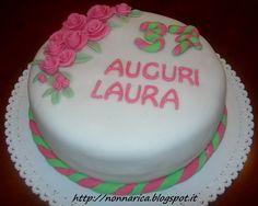 Torta con decorazioni in pasta di zucchero