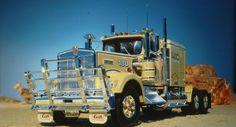 Revell Kenworth Australia. Big-Land - Big-Truck's, zegt het all.In Naast zijn uitgestrektheid, fascinerende steden en verzengende hitte, het Australische continent boten een andere bijzonderheid: vrachtwagens, vrachtwagens en meer vrachtwagens van alle merken en typen. Kenworth van Australië hebben hun gehele productie bereik op de wegen van het vijfde continent.