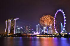 una veduta di Singapore con i suoi stravaganti edifici illuminati da coloratissime luci led