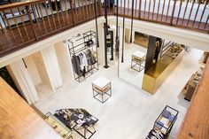 The fine marble effect of Stones&More collection, colour Calacatta, has been chosen to enrich this clothing shop in Belgium.