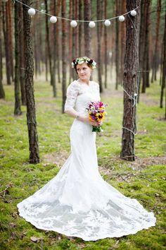 Sesja rustykalna, vintage. Suknia koronka, kwiaty we włosach.