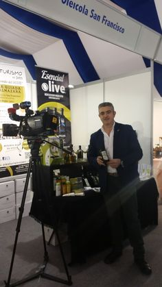 Equipo de #DestinoAndalucía grabando un reportaje sobre los aceites espectaculares de #OleicolaSanFrancisco en #Aovesol2015.  Entrevista a José Antonio Jimñenez, Gerente de la empresa productora. Spanish TV program crew filming during AoveSol2015 event featuring award winning #EsencialOlive #Oils by Oleícola San Francisco. #Destino_AND #Spain #Oliveoil